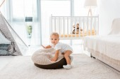 Photo adorable toddler in white nursery room