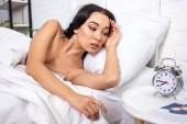 Fényképek Vonzó fiatal nő szóló, fehér ágynemű, a reggeli, látszó-on ébresztőóra negyed nyolc találat