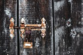 starý zvětralý rezavý zámek na mrazivý dveře