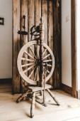 Fotografia telaio di legno retrò vicino a portello aperto strutturato in camera
