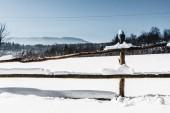 Fotografie Holzzaun, bedeckt mit Schnee in Karpaten