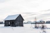 staré dřevěné domy v horské vesnici v zasněžené Karpaty