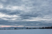 krajina z karpatských hor pokryté sněhem s oblohou a stromy za svítání
