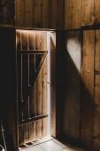 Fotografia interno di cottage in legno con porta e sole