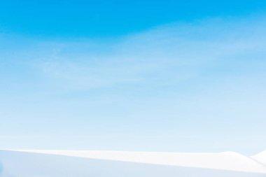 Karpat Dağları'nda açık mavi gökyüzü karla kaplı