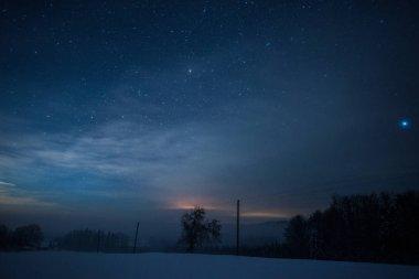 kış geceleri Karpat Dağları'nda yıldızlı karanlık gökyüzü