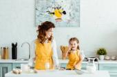 boldog anya és lánya pöttyös dot sárga kötények főzés együtt a konyhában