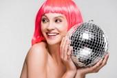 atraktivní dívka v růžové paruce držící diskotéku, izolovaná na šedé