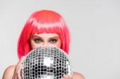 gyönyörű lány rózsaszín paróka gazdaság disco labdát, izolált szürke