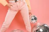 vágott kilátás elegáns lány pózol a disco labdák izolált rózsaszín