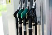 Selektive Fokussierung grüner und schwarzer Zapfsäulen an Tankstellen