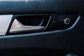 madlo kovového automobilu u tlačítek v moderním autě