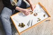 abgeschnittene Ansicht von Mädchen setzen medizinische Shancannabis in Kräutermühle