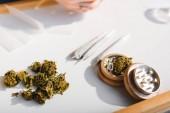 Nahaufnahme von medizinischem Marihuana, Gelenken und Kräuterschleifer