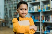 aranyos afro-amerikai gyerek, aki könyvet, és néztem a kamerát
