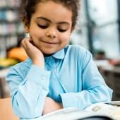 válogatós összpontosít-ból boldog afrikai amerikai gida mosolygó és olvasó könyv-ra asztal