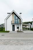 Fotografie Grünes Gras und Pflanzen in der Nähe neuer moderner und luxuriöser Wohnungen