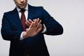 vista parziale di uomo daffari fiducioso mostrando rifiutare gesto isolato sul grigio, emozione umana e concetto di espressione