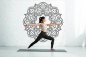 nyugodt ázsiai nő állva kinyújtott kezet jóga mat közelében Mandala ornament