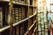 selektivní zaměření retro knih na dřevěné police v knihovně