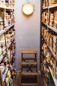 starožitné knihy o dřevěných policích a žebříku v knihovně