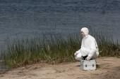 víz ellenőr védőöltözet ellenőrzési Kit ül a folyóparton