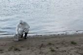 víz ellenőr védő jelmez-és légzőeszköz vizsgálati Kit ül a folyó partján