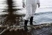 Fényképek részleges kilátás a vízfelügyelőre védőöltözet és csizma a folyón