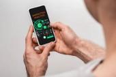 oříznutý pohled člověka pomocí telefonu Smartphone s marketingovou analytickou aplikací, izolované na šedé