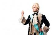 pompöser viktorianischer Gentleman in Perücke stehend mit der Hand auf der Hüfte und gestikulieren isoliert auf weiß
