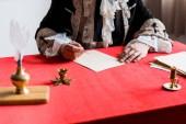 abgeschnittene Ansicht von viktorianischen Mann hält Feder in der Nähe von Papier