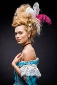 elegáns és vonzó viktoriánus nő toll paróka fekete