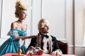 szelektív középpontjában a vonzó viktoriánus nő állt közel pompás ember gazdaság toll