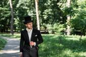 jóképű fiatal viktoriánus férfi kalapban álló kívül