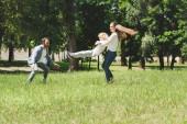 családi időtöltést együtt, anya spinning fiú a parkban napközben