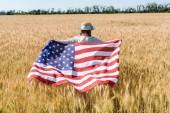 vissza véve a gyerek Szalmakalapot gazdaság amerikai zászló arany területén