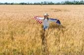 aranyos és boldog gyermek gazdaság amerikai zászló csillagok és csíkok arany területen