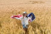 vidám gyermek gazdaság amerikai zászló csillagok és csíkok arany területen
