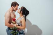 pohled na nahého muže a dívku, kteří se snaží políbit a přitom se navzájem objímat