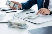 selektivní zaměření obchodníka pomocí kalkulačky a držení peněz v blízké smlouvě