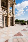 Fotografie Luxusní dům proti modrému nebi s mraky v létě