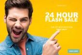 jóképű férfi ujjal mutogató 24 órás flash eladó illusztráció és kacsintás elszigetelt sárga, online vásárlási koncepció
