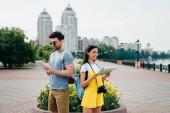 csinos férfi gazdaság digitális tabletta és ázsiai nő gazdaság Térkép