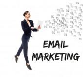 atraktivní obchodžena s notebookem v blízkosti e-mailového marketingu a e-mailové ikony izolované na bílém