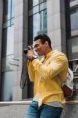 Bi-rassische naden Mann mit Rucksack fotografieren auf Digitalkamera