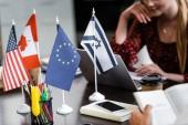 selektivní zaměření vlajky Ameriky, Kanady, Evropské unie a Izraele