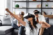 selektivní zaměření multikulturních přátel s virtuálními sadami reality na pohovce