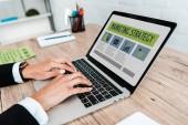 szelektíven összpontosít üzletasszony gépelés-ra laptop-val marketing stratégia betűkkel-ra képernyő