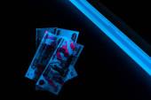 pohled na modrý ultrafialový blesk na ruských penězích na černém
