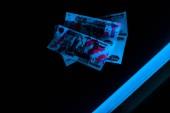 Fényképek kék ultraibolya villám az orosz pénz a fekete
